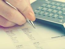 анализирующ чалькулятор подсчитывая данные финансовохозяйственные Стоковая Фотография