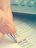 анализирующ чалькулятор подсчитывая данные финансовохозяйственные Стоковое Фото
