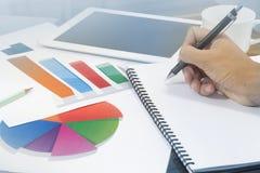 Анализ диаграммы дела с рукой человека в встрече офиса Стоковая Фотография RF