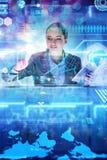 Аналитик женщины работая с большими данными стоковые фотографии rf
