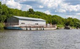 Ангар на барже реки Стоковая Фотография
