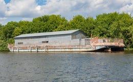 Ангар на барже реки Стоковая Фотография RF