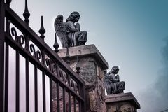 Ангелы на входе к католической церкви Kamenskoe Украине Стоковое Изображение RF