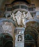 Ангелы поддерживая эмблему Папы Александра VII, в базилике Santa Maria del Popolo в Риме, Италия стоковое фото