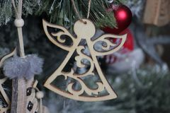 Ангел высекаен от древесины и украшен вручную DIY для рождественской елки вода игрушки детей покрашенная цветами стоковое изображение rf