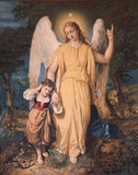 Ангел радетеля с ребенком. Стоковые Фото