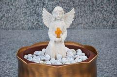 Ангел с крестом стоковая фотография