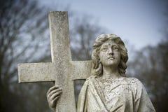 Ангел с Crucific высекая на каменном надгробном камне в землях монастыря Bridlington, Bridlington, восточного катания Западного Й стоковое фото rf