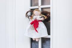 Ангел украшения рождества на двери Стоковая Фотография RF
