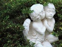 2 ангела в зеленых кустах Стоковое Изображение RF