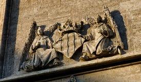 2 ангела держат скульптуру кроны на фасаде в Валенсии, Испании Стоковое Изображение RF