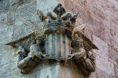 2 ангела держа скульптуру кроны на угле здания в Валенсии, Испании Стоковое Изображение RF