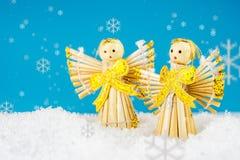2 ангела на белизне и предпосылке бирюзы Стоковое Фото