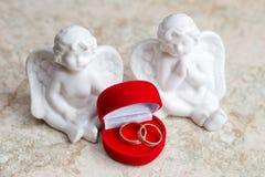 2 ангела с золотыми кольцами Романтичный состав на день свадьбы Стоковое Фото