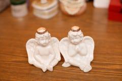2 ангела с золотыми кольцами Романтичный состав на день свадьбы Стоковая Фотография