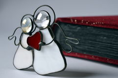 2 ангела с красным сердцем Стоковые Фото