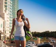 ангела туристская рубашка белизны солнечных очков голубого неба! Стоковые Изображения