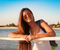 ангела туристская рубашка белизны солнечных очков голубого неба! Стоковые Фотографии RF