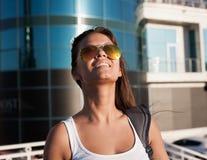 ангела туристская рубашка белизны солнечных очков голубого неба! Стоковое Фото