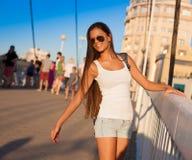ангела sho голубых джинсов рубашки туристских солнечных очков голубого неба белое Стоковые Изображения