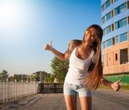 ангела sho голубых джинсов рубашки туристских солнечных очков голубого неба белое Стоковые Изображения RF