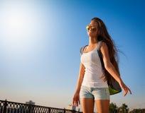 ангела sho голубых джинсов рубашки туристских солнечных очков голубого неба белое Стоковые Фотографии RF