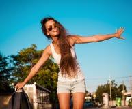 ангела sho голубых джинсов рубашки туристских солнечных очков голубого неба белое Стоковое Фото
