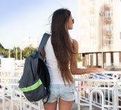 ангела sho голубых джинсов рубашки туристских солнечных очков голубого неба белое Стоковое фото RF