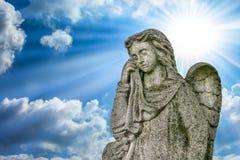 ангеликового Плача ангел Солнечный свет и предпосылка облаков стоковые фотографии rf