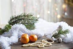 Ангел и рождественская елка рождества на красочном bokeh предпосылки среди оформления рождества и Нового Года Стоковое Изображение