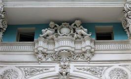 ангелы fretwork на здании стоковое изображение rf