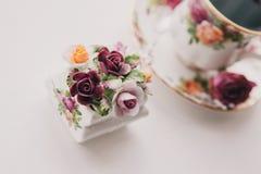 Английские керамические пить чашки чая горячие Стоковое Фото