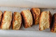 Английские плюшки сыра в ряд на пергаменте для печь Стоковая Фотография