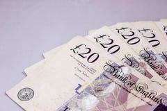 Английские фунты на серой предпосылке на таблице стоковая фотография rf