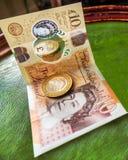 Английские moneycoins и получение банкноты и ходить по магазинам стоковое изображение rf