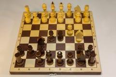 Английский гамбит отверстие шахмат которое начинает с движениями стоковое изображение