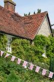Английский коттедж с государственный флаг Соединенного Королевства Великобритании и Северной Ирландии Стоковое Изображение RF