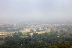 английское утро туманов над городком Стоковые Изображения RF