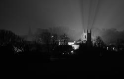 Английская церковь в тумане на ноче Стоковое Изображение RF