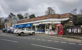 Английские магазины деревни, телефон и коробка столба Стоковое Изображение