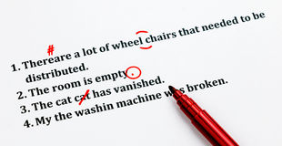 Английские предложения и символы исправляться на белом листе Стоковая Фотография RF