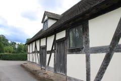 Английские средневековые полу-timbered зала церков и дом эля Стоковое Изображение RF