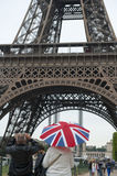 Английские туристы в Париже фотографируя Эйфелеву башню Стоковые Изображения RF