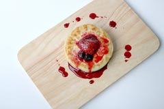 Английские Crumpets & отбензинивание ягоды на деревянном изоляте доски на белой предпосылке Стоковое фото RF