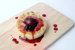 Английские Crumpets & отбензинивание ягоды на деревянном изоляте доски на белой предпосылке Стоковые Изображения
