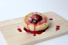 Английские Crumpets & отбензинивание ягоды на деревянном изоляте доски на белой предпосылке Стоковые Фото
