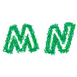 Английский алфавит сделанный с зелеными листьями, тема лета, помечает буквами m n Стоковая Фотография
