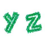 Английский алфавит сделанный с зелеными листьями, тема лета, помечает буквами y z Стоковое Изображение RF
