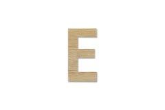 Английский алфавит e сделанный от изолированной древесины на белой предпосылке Стоковые Изображения RF