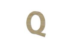 Английский алфавит q сделанный от изолированной древесины на белой предпосылке Стоковое Изображение